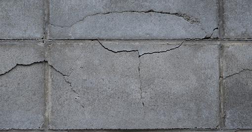 ヒビ割れが見られるブロック塀