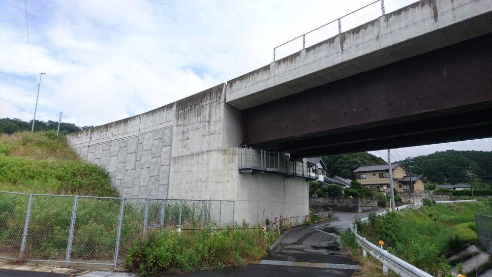道路の橋脚部分も当社の仕事の一つです。